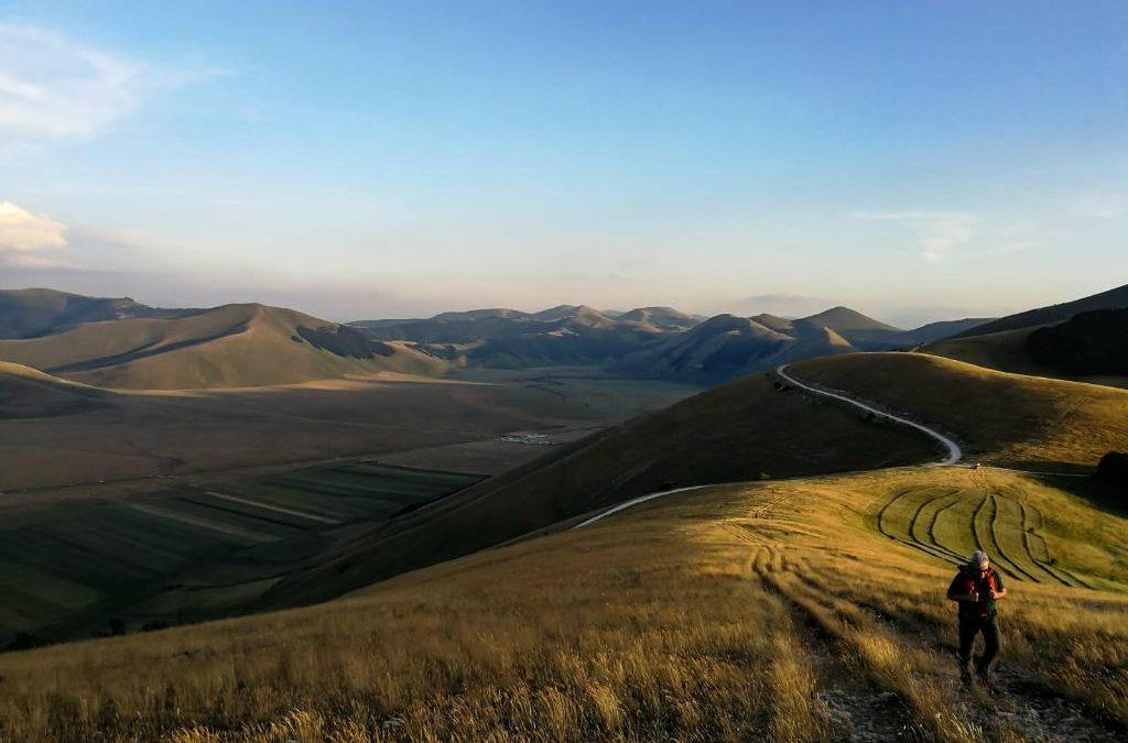 :. 10/07 – Speciale Fioriture: Castelluccio e il Monte Veletta al tramonto